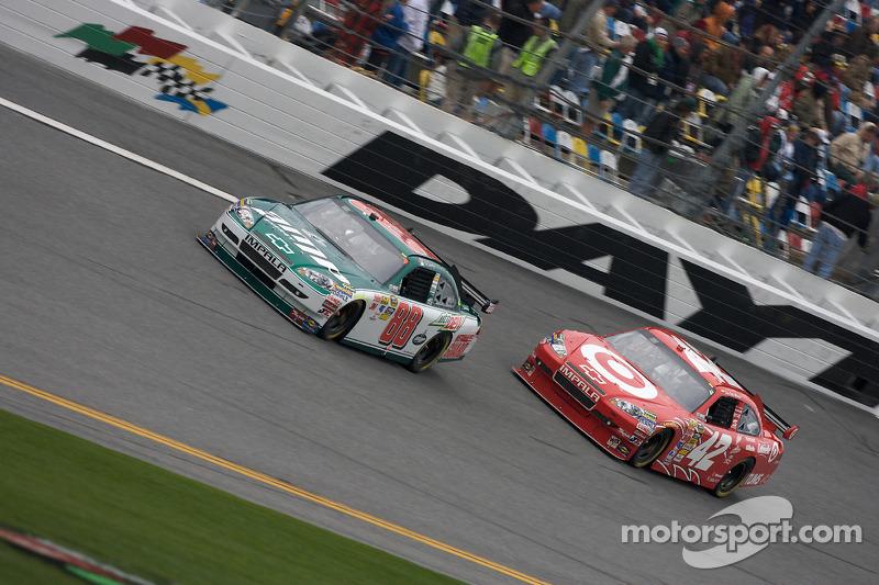 Dale Earnhardt Jr., Hendrick Motorsports Chevrolet en Juan Pablo Montoya, Earnhardt Ganassi Racing Chevrolet