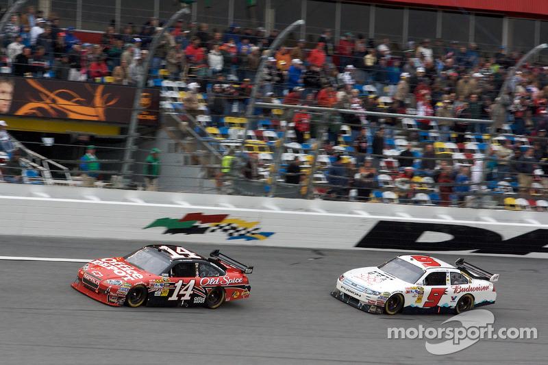 Tony Stewart, Stewart-Haas Racing Chevrolet en Kasey Kahne, Richard Petty Motorsports Ford