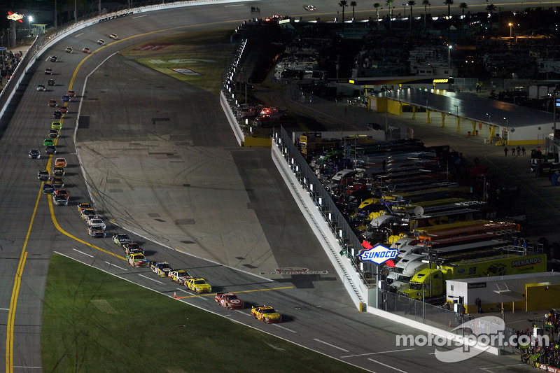 Les pilotes entrent aux stands