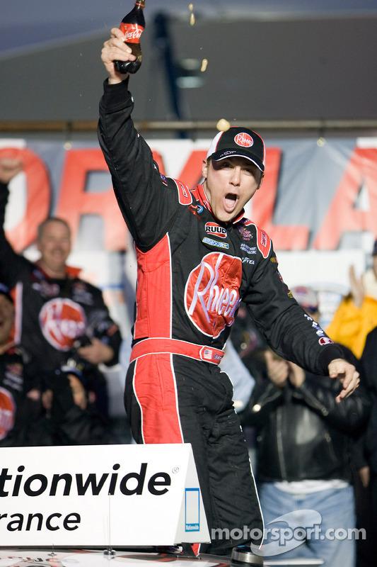 Victory lane: race winnaar Kevin Harvick