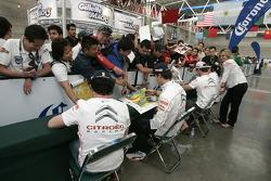 Sesión de autógrafos para el Citroën Total World Rally Team pilotos y copilotos