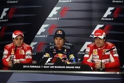 El piloto de la pole position Sebastian Vettel, Red Bull Racing, con el segundo clasificado Felipe Massa, Scuderia Ferrari y el tercer clasificado Fernando Alonso, Scuderia Ferrari