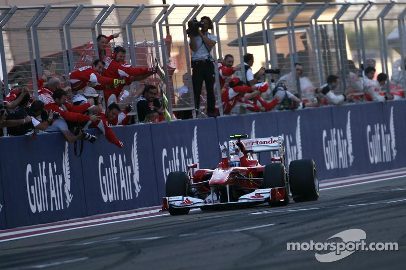 Фенандо Алонсо, Ferrari, перемагає у гонці