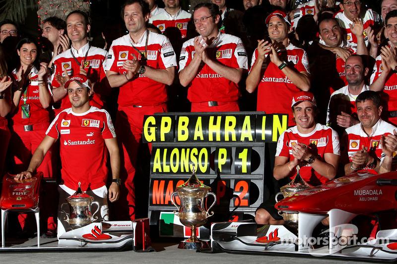 Святкування перемоги у Ferrari: Феліпе Масса, Стефано Доменікалі, тест-пілот Джанкарло Фізікелла та Фернандо Алонсо