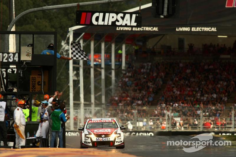 Garth Teter remporte la victoire du Clipsal 500 pour le Toll Holden Racing Team