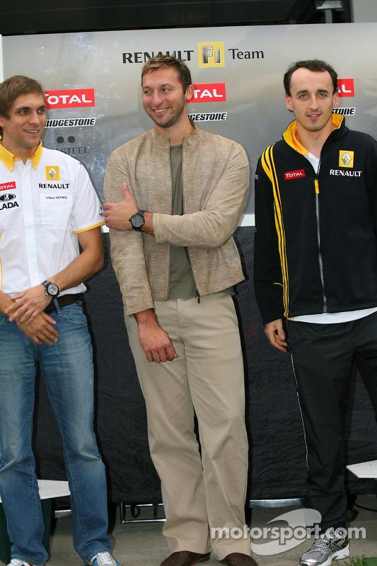 Vitaly Petrov, Renault F1 Team met Ian Thorpe, vijfvoudige Olympische gouden medaillewinnaar Robert Kubica, Renault F1 Team