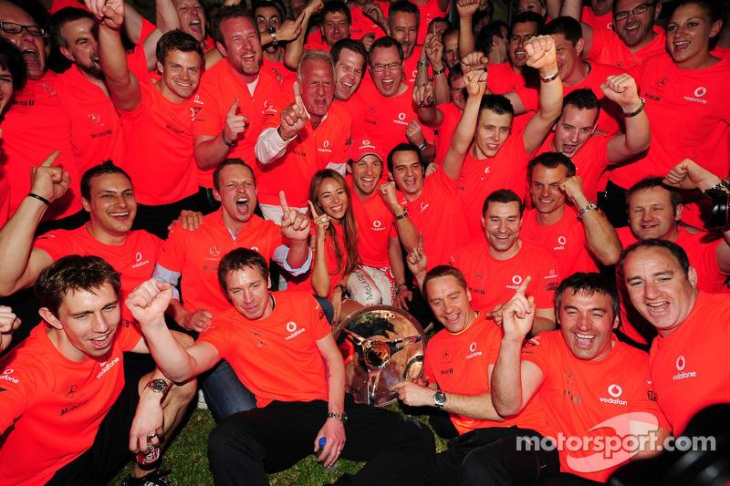 Гран При Австралии 2010 г., команда отмечает победу Дженсона