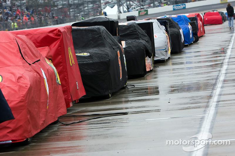 Auto's staan opgesteld in de pitstraat