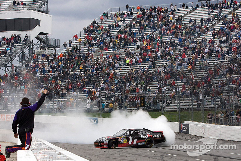 Race winnaar Denny Hamlin, Joe Gibbs Racing Toyota viert