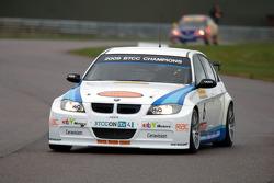 Rob Collard WSR BMW 320si leads Andrew Jordan Pirtek Racing Vauxhall Vectra