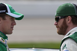 Carl Edwards, Roush Fenway Racing Ford et Dale Earnhardt Jr., Hendrick Motorsports Chevrolet