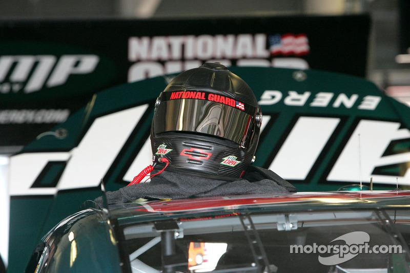 Dale Earnhardt Jr.'s helm op de #88 Amp Engery/National Guard Chevrolet