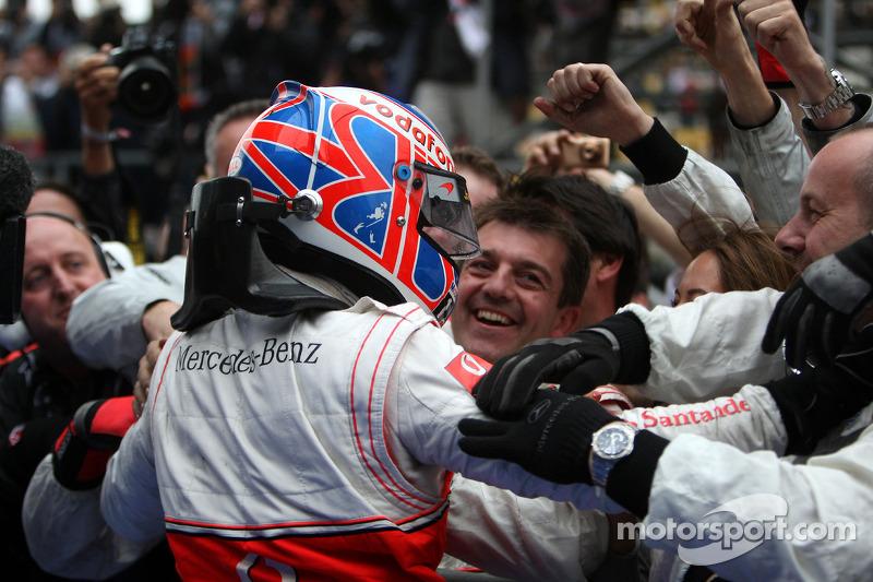 Yarış galibi Jenson Button, McLaren Mercedes, kutlama yapıyor
