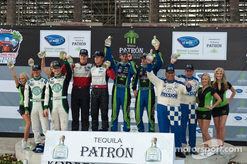 Podium van de klassewinnaars: LMPC winnaars Gunnar Jeannette en Elton Julian, LMGT winnaars Jorg Bergmeister en Patrick Long, LMP en overall winnaars David Brabham en Simon Pagenaud, LMGTC-winnaars Juan Gonzalez en Butch Leitzinger