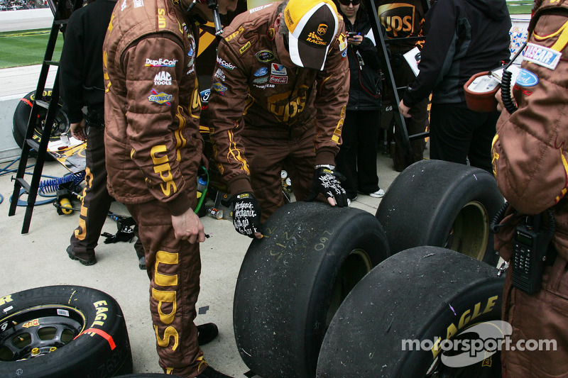 Teamleden van David Ragan inspecteert de banden