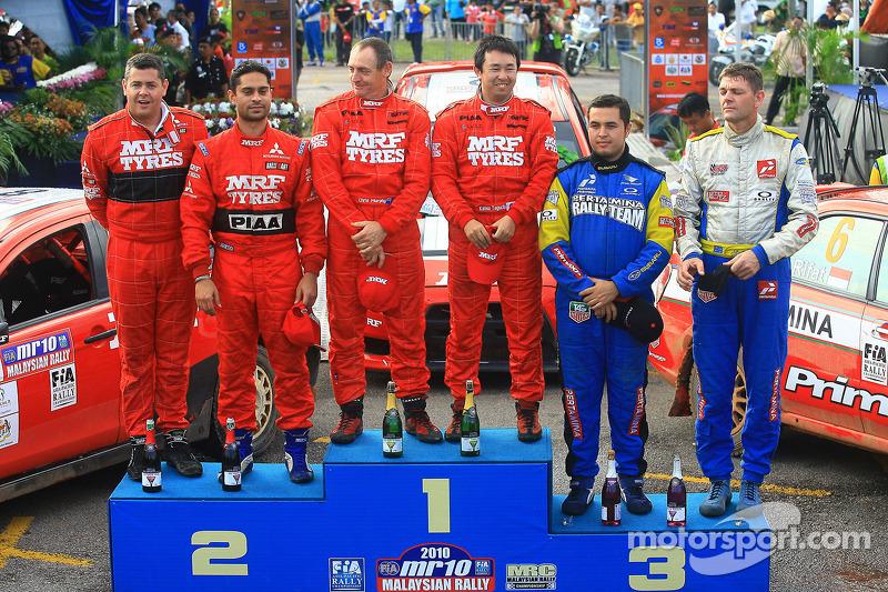 Posisi kedua, Gaurav Gill dengan co-driver Glen Macneall, Pemenang, Katsu Taguchi dengan co-driver M