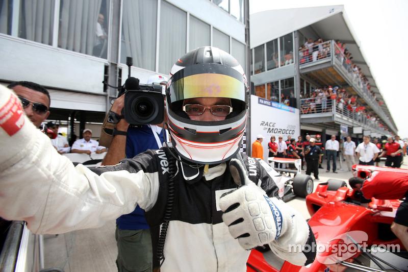 Philipp Eng viert overwinning in parc ferme