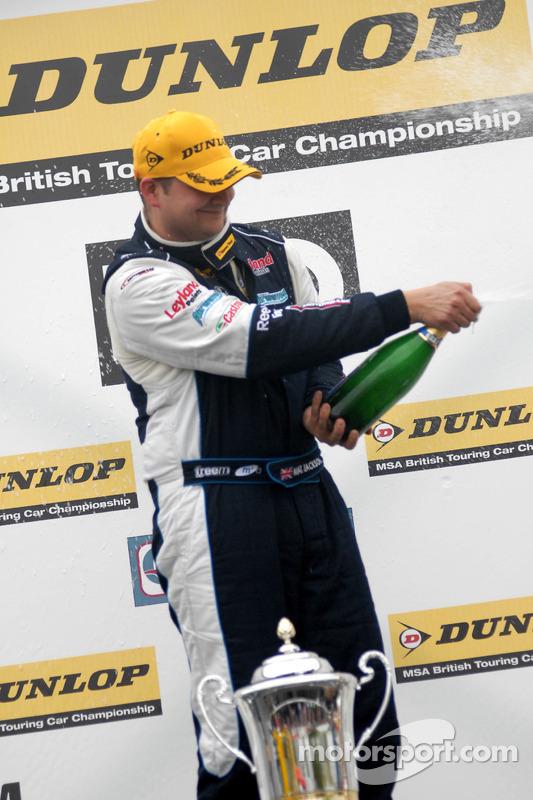 Race winnaar Mat Jackson met Champagne