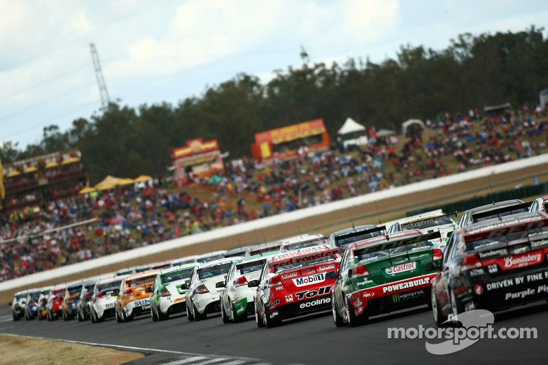 Auto's bereiden zich voor op de opwarmronde voor de start van race 10 van het 2010 V8 Supercar kampioenschap