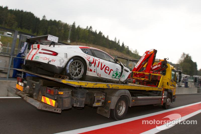 Young Driver AMR Aston Martin DBR9 in de pitlane na crash
