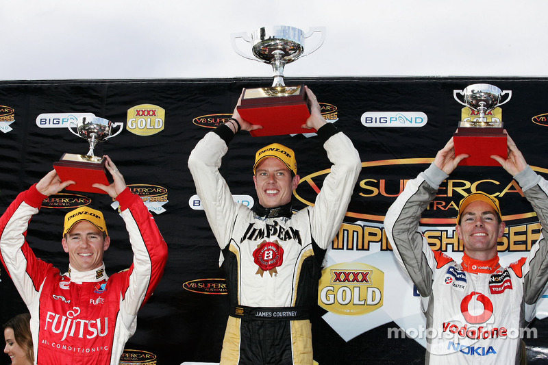Podium: Lee Holdsworth, #33 Garry Rogers Motorsport 3de, James Courtney, #18 Jim Beam Racing 1ste en Craig Lowndes, #888 TeamVodafone 2de