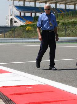 Charlie Whiting, FIA Safty delegate, Race director & offical starter inspecteert het circuit