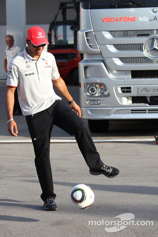 Lewis Hamilton, McLaren Mercedes, voetbalt in de paddock