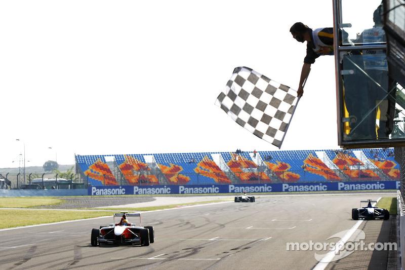 2010 Esteban Gutiérrez celebra la victoria y se lleva la bandera a cuadros GP3