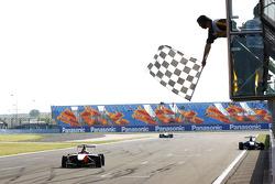 Esteban Gutierrez viert de overwinning als hij de finishvlag passeert
