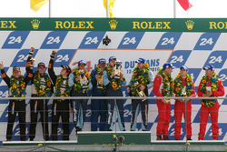 LMGT2 podium: klassewinnaars Marc Lieb, Richard Lietz en Wolf Henzler, tweede plaats Dominik Farnbacher, Allan Simonsen en Leh Keen, derde plaats Marco Holzer, Richard Westbrook en Timo Scheider