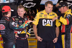 Jeff Gordon, Hendrick Motorsports Chevrolet, Jeff Burton, Richard Childress Racing Chevrolet, Clint Bowyer, Richard Childress Racing Chevrolet et chef d'équipe de Burton, Todd Berrier
