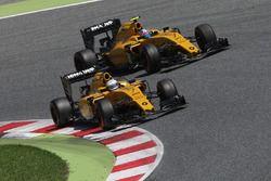 Kevin Magnussen, Renault Sport F1 Team RS16 and team mate Jolyon Palmer, Renault Sport F1 Team RS16 battle for position