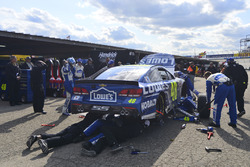 Crew members work di kecelakaan car of Jimmie Johnson, Hendrick Motorsports Chevrolet