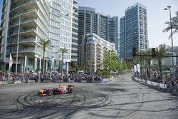 Carlos Sainz Jr. mit dem Red Bull RB7 in den Straßen von Beirut