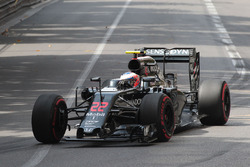 Jenson Button, McLaren MP4-31 with a broken front wing
