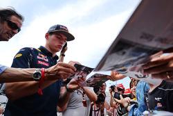 Max Verstappen, Red Bull Racing deelt handtekeningen uit