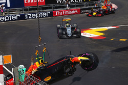 Max Verstappen, Red Bull Racing RB12 va a sbattere in qualifica
