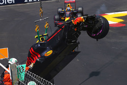 Daniel Ricciardo, Red Bull Racing RB12 passeeert de RB12 van Max Verstapen na de crash