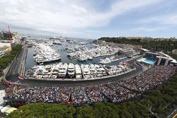 Una vista panorámica de Mónaco con Fernando Alonso, McLaren MP4-31
