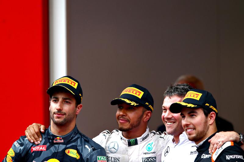 Lewis Hamilton, Mercedes AMG F1, Daniel Ricciardo, Red Bull Racing y Sergio Pérez, Force India en el podio