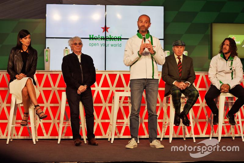 Stephanie Sigman, actriz; Bernie Ecclestone, jefe Global de Heineken de la marca; Jackie Stewart, ex jugador de fútbol, en el anuncio de patrocinio de Heineken