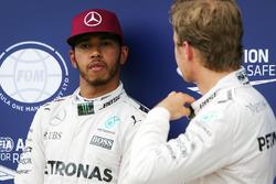 Поул Льюиса Хэмилтона, Mercedes AMG F1 W07 , второе место - Нико Росберг, Mercedes AMG Petronas F1 W07 в закрытом парке
