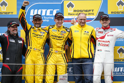 Podium: winnaar Nicky Catsburg, LADA Sport Rosneft, Lada Vesta; tweede Gabriele Tarquini, LADA Sport Rosneft, Lada Vesta; derde Norbert Michelisz, Honda Racing Team JAS, Honda Civic WTCC with James Thompson, All-Inkl Motorsport, Chevrolet RML Cruze TC1 and