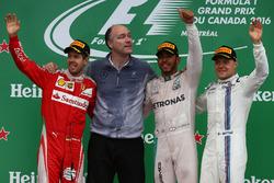 Первое место - Льюис Хэмилтон, Mercedes AMG F1 W07, второе место - Себастьян Феттель, Scuderia Ferrari SF16-H и третье место - Валттери Боттас, Williams Martini Racing FW38