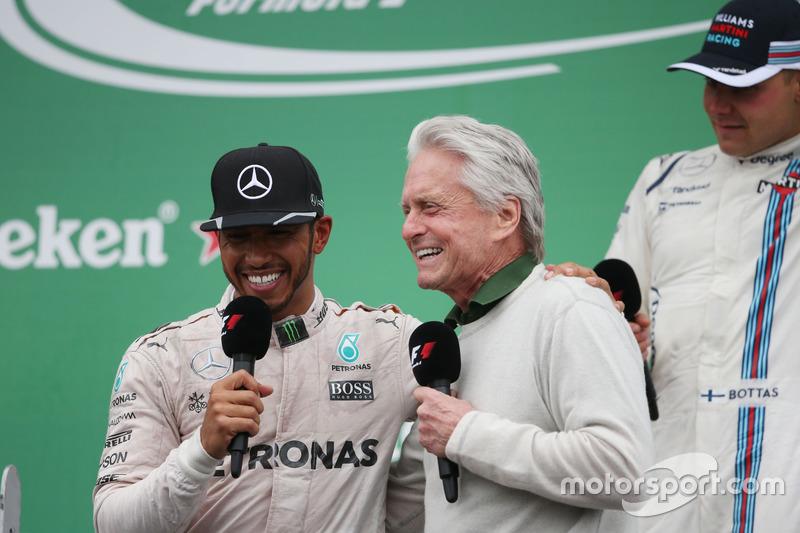 Ganador, Lewis Hamilton, Mercedes AMG F1 celebra con Michael Douglas, Actor