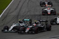Ніко Росберг, Mercedes AMG F1 W07 Hybrid та Дженсон Баттон, McLaren MP4-31, боротьба за позицію