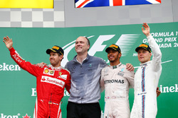 Podio: Sebastian Vettel, Ferrari, segundo lugar; Lewis Hamilton, Mercedes AMG F1 ganador de la carrera y Valtteri Bottas, Williams  tercer lugar