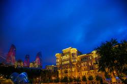 Ambiente de noche de Bakú, Torres y casco antiguo