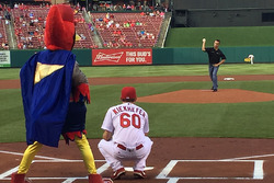 Ben Rhodes throwing out first pitch di MLB game between St. Louis dan Houston