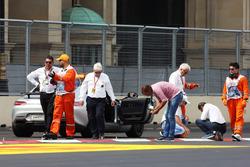 Чарли Уайтинг, представитель FIA и Херби Блаш, представитель FIA осматривают трассу после переноса квалификации GP2